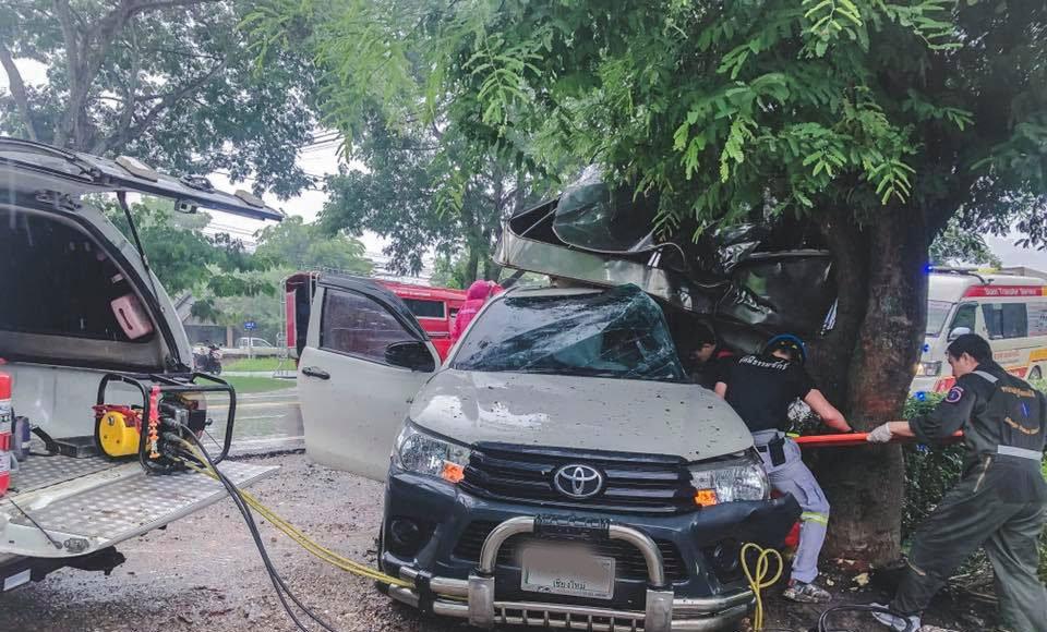รถยนต์ชนต้นไม้