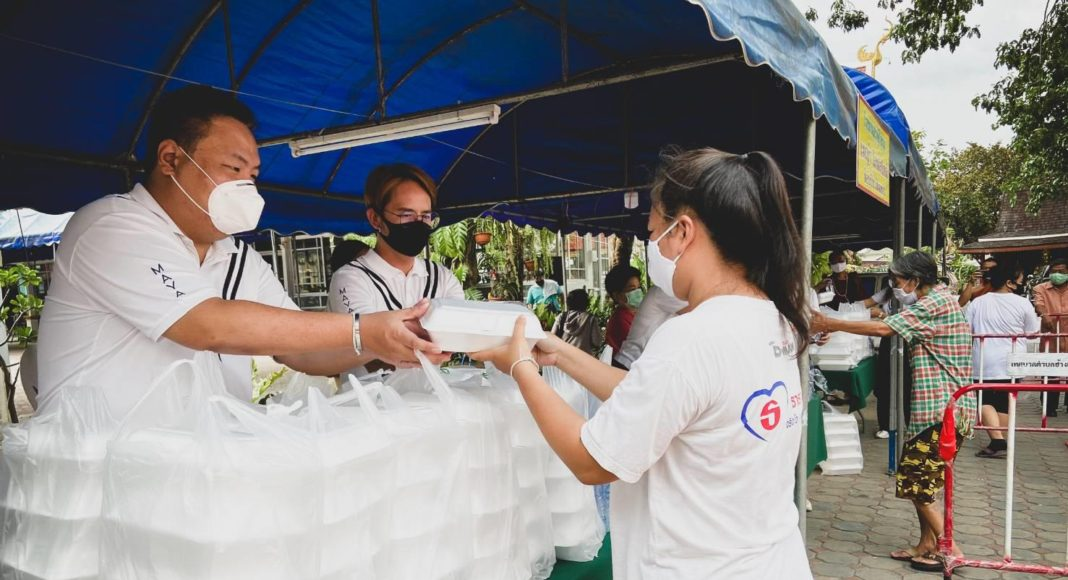 เมญ่าฯ ร่วมกับเทศบาลช้างเผือก ปันสุขเติมอิ่มบริจาคอาหารช่วยเหลือชาวบ้านที่ได้รับผลกระทบโควิด