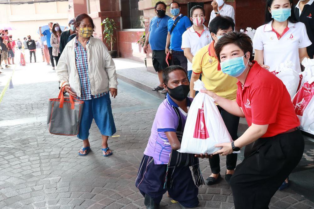 โรงแรมดวงตะวัน แจกถุงยังชีพ เครื่องดื่ม อาหาร เพื่อช่วยเหลือผู้ที่ได้รับผลกระทบจากไวรัส COVIC-19